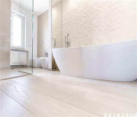 vasca da bagno in francese elegante e raffinato bagno con parquet in quercia francese