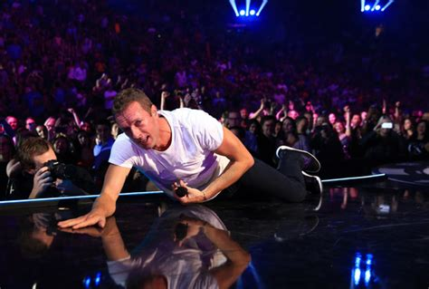 Chris Martin Meme - super bowl nerves of coldplay star chris martin calmed in cutest way by daughter apple mirror