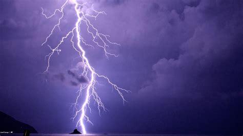 lightning strike kills  injures   florida wear
