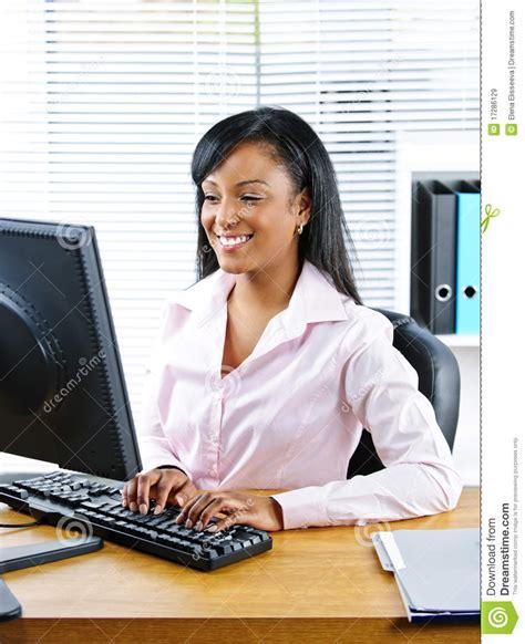 femme de bureau femme d 39 affaires heureuse au bureau images libres de