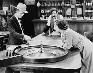 Bar A Roulette : people at roulette table in bar stock photo image of diversion bartenders 52003914 ~ Teatrodelosmanantiales.com Idées de Décoration