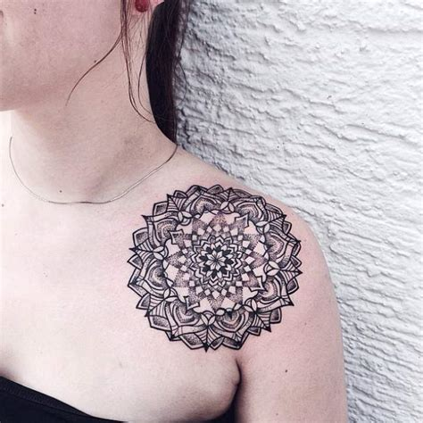 tatouage de femme tatouage mandala noir  gris sur paule