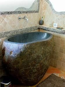 coin d39eau vasque sur pied en galet de riviere travertin With salle de bain design avec vasque pierre riviere