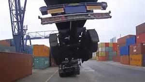Anhänger Mit Kran : lkw anh nger wird von container kran mit angehoben video ~ Kayakingforconservation.com Haus und Dekorationen