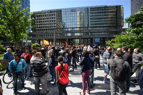 en grève les salariés d otis manifestent devant le siège