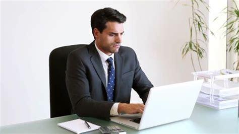 bureau homme d affaire ordinateur portable homme d 39 affaires gens d 39 affaires