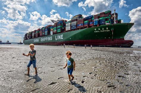 Schip Westerschelde containerschip op westerschelde vastgelopen