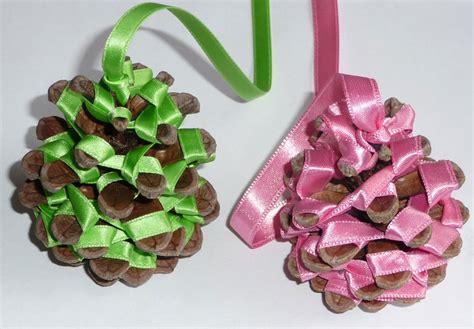 pommes de pin et rubans de noel jolies suspension de noel gastronomie recettes de cuisine et