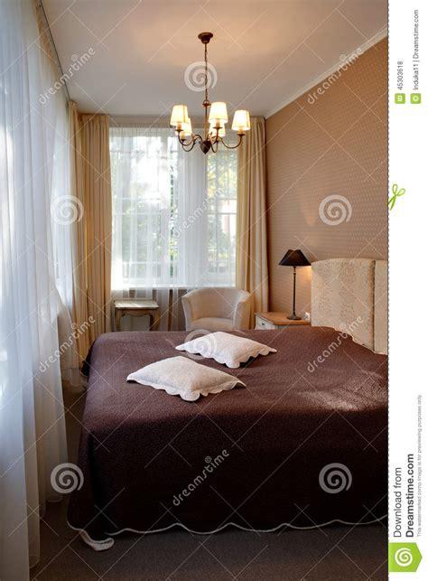 chambre d h es ard he chambre d 39 hôtel classique étroite de style photo stock