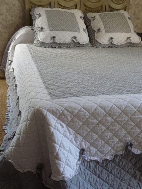 couvre lit boutis plumetis gris et blanc 224 volants 235 260 cm