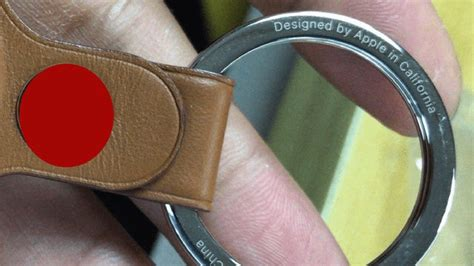 Airtags are to act like a key finder. Mogelijke AirTag sleutelhanger te zien op foto