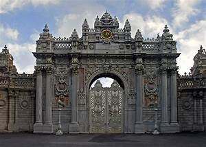 File:Gate to the Dolmabahce Palace.jpg - Wikimedia Commons