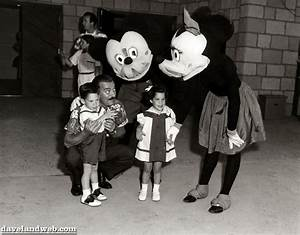 17 Horrifying Vintage Pictures of Disneyland Characters ...
