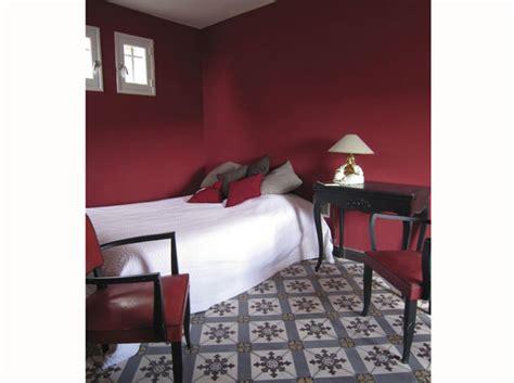 chambre couleur bordeaux chambre on mise sur des murs colorés décoration