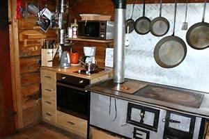Quotkuche mit holzherd elektroherd backrohr und mikrowelle for Holzherd küche