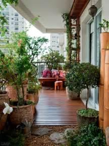 balkon holzboden balkon sichtschutz mit pflanzen natur pur auf dem balkon