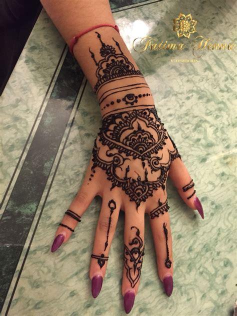 tatouage sur la main de rihanna