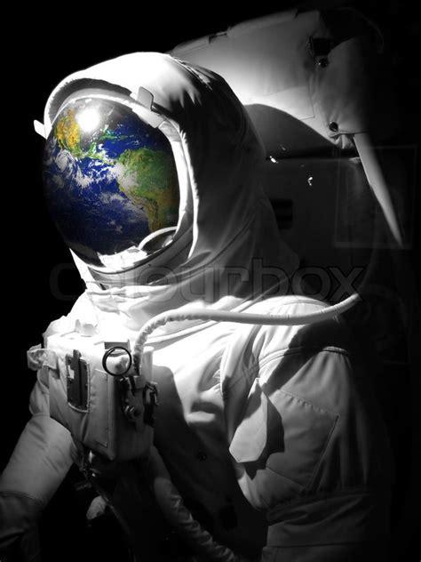 eine vollstaendige astronaut raumanzug mit einer reflexion
