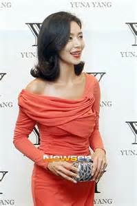 photo kim hye ri exchanging her wedding rings