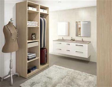 armoire dressing ouvert dans chambre parentale
