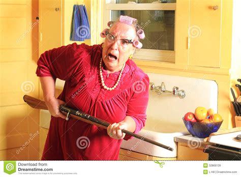 mamie cuisine mamie craintive avec le fusil images libres de droits