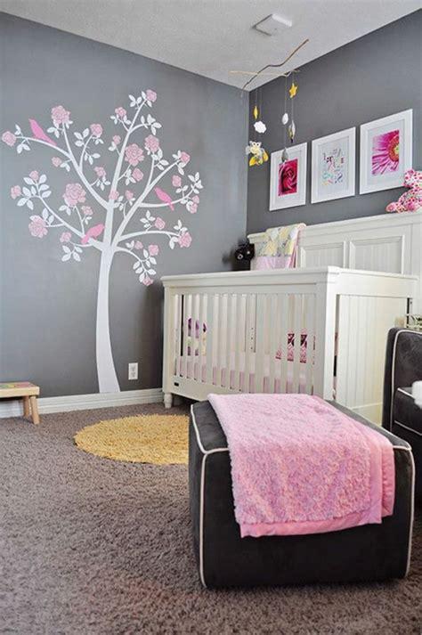 mur chambre bébé décoration pour la chambre de bébé fille arbre sur le