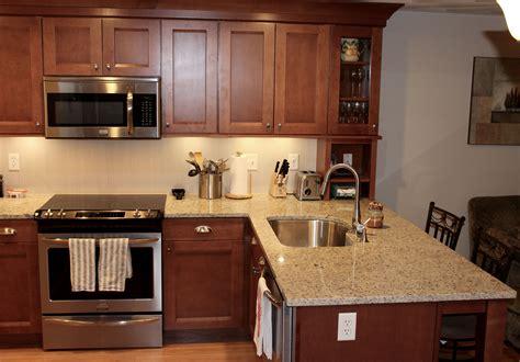 maple cognac kitchen cabinets shaker kitchen cabinets in maple cognac glass kitchen 7346