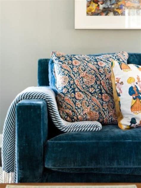 canap velours bleu focus matière le velours cocon de décoration le