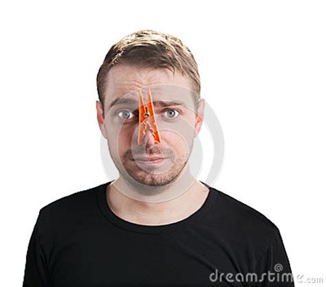 homme avec la pince 224 linge sur nez photographie stock libre de droits image 35498417