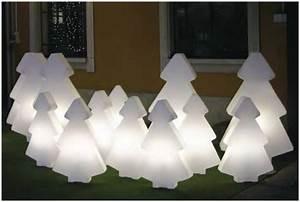 deco jardin son exterieur et sa piscine aux couleurs de noel With jardin et piscine design 11 lampadaire design optez pour une lampe de salon moderne