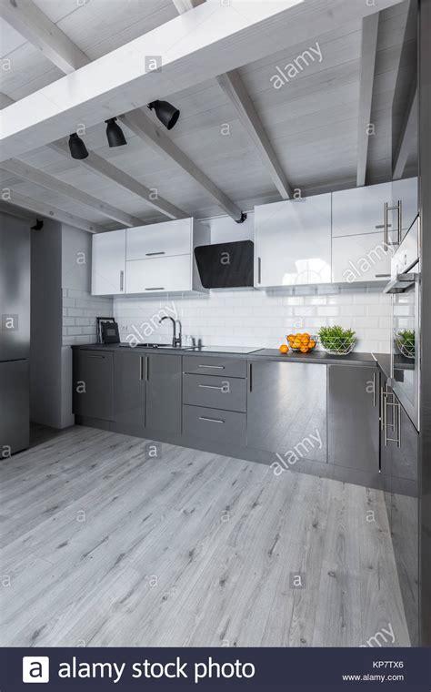 Grosse Moderne Küche Mit Weißen Schränke, Metro Fliesen