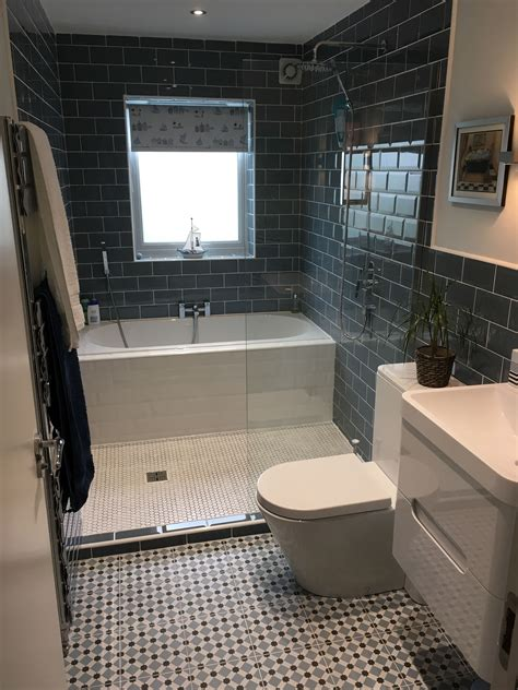 Bathtub Ideas For A Small Bathroom by Look At The Great Use Of Space With A Bath And A Shower In