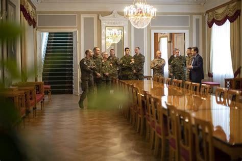 Rīgas pils Svētā Gara tornī svinīgi pacelts NATO karogs ...