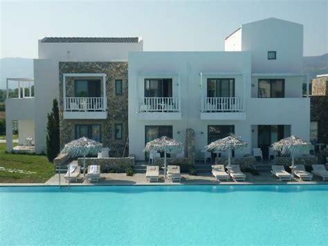 vue ext 233 rieure des chambres sup 233 rieure de luxe avec acces direct 224 la piscine picture of