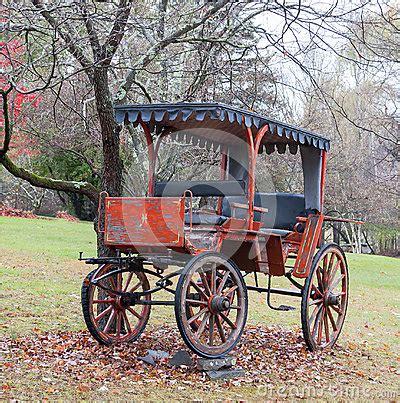 carrozza in inglese carrozza a cavalli antica parcheggiata sul prato inglese