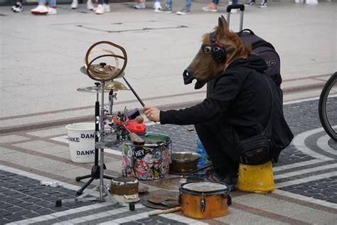 Diantara berbagai alat musik ritmis, drum adalah yang paling populer. Contoh Alat Musik Ritmis Adalah? Pengertian, Fungsi ...
