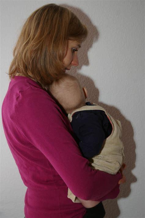 porter  bebe dans les bras en terre denfance