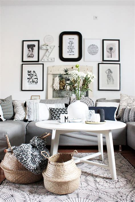 wohnzimmer im boho style mit dekokoerben aus seegras