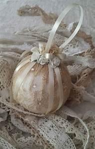 Shabby Chic Accessoires : boule de no l blanche et or esprit shabby chic accessoires de maison par romantic story no l ~ Markanthonyermac.com Haus und Dekorationen