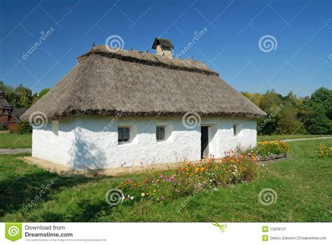 d argile maison l ukraine kiev maison blanche d argile avec une chaume photographie stock libre de droits