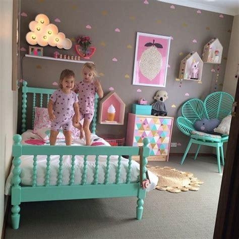 fauteuil chambre fille chambre fille lit en bois repeint en turquoise fauteuil