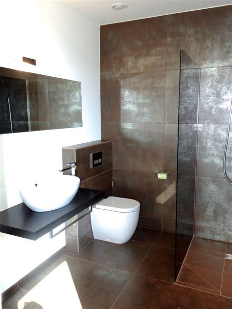Badezimmer Fliesen Ideen Braun by Modernes Bad Mit Braun Silbernen Fliesen Und Ebenerdiger