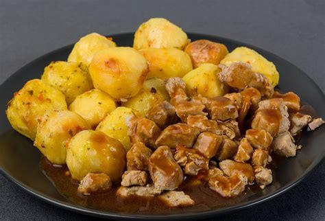 Ceptas kartupeļu bumbiņas ar cūkgaļas gabaliņiem gaļas ...