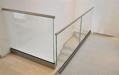 corrimano in vetro per scale parapetto in acciaio inox e vetro con corrimano a incastro