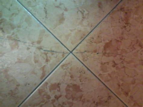 Incollare piastrelle su pavimento esistente