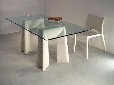 Tavoli Da Pranzo Con Piano In Vetro E Gambe In Pietra