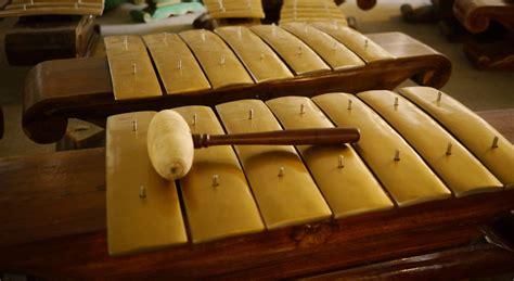 Alat musik tradisional asal jawa tengah (jateng) mencakup gambarnya, fungsinya, penjelasannya, cara memainkannya dan keterangannya disajikan lengkap untuk anda. 30 Alat Musik Tradisional Indonesia yang Terkenal | BukaReview