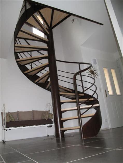 un escalier en colima 231 on dans une tr 233 mie carr 233 escalier