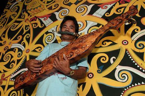Oleh karena itu, alat musik tuma masuk kedalam kelompok alat musik membranofon. Alat Musik Sampek Dimainkan Dengan Cara - Berbagai Alat