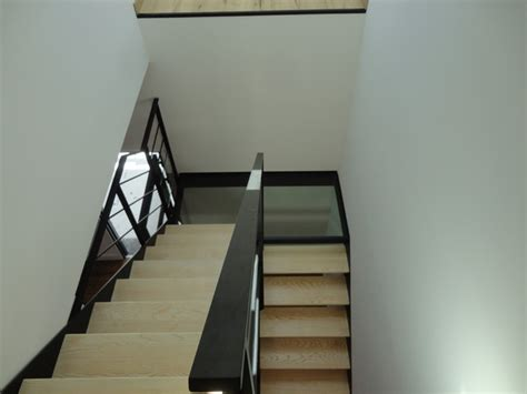cuisine en bois frene escalier acier bois et palier intermédiaire verre